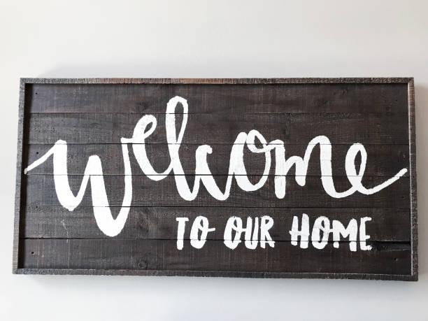 welcome-schild - moderner dekor für ferienhaus stock-fotos und bilder
