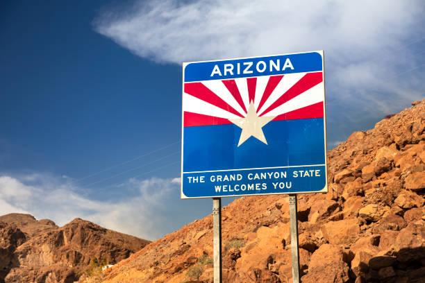 welkom bij de arizona state freeway ingang teken door de hoover dam - arizona highway signs stockfoto's en -beelden