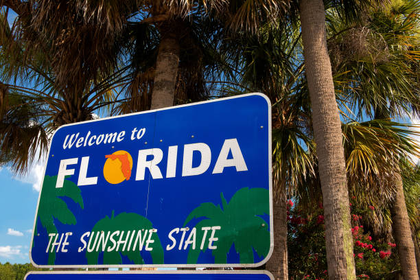 welcome to florida sign with palm trees in background - orlando florida photos stock photos and pictures
