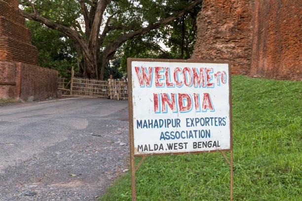 Mahadipur Grenzübergang, Bangladesch - 6. Juli 2016: Willkommen in Indien Schild an der Grenze zwischen Bangladesch und Indien – Foto