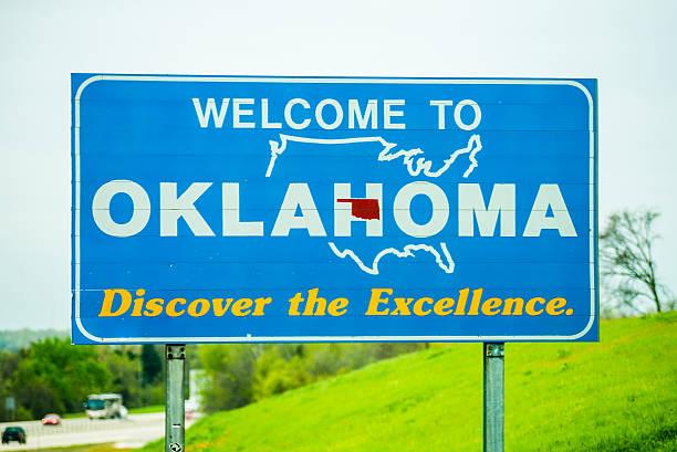 willkommen in oklahoma autobahn-schild - ortsschild stock-fotos und bilder