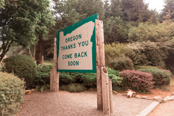 Welcome to Oregon state line sign Welcome to Oregon state line sign oregon us state stock pictures, royalty-free photos & images