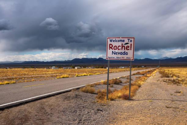 bienvenido a signo de rachel street en sr-375 en nevada, estados unidos - numero 51 fotografías e imágenes de stock