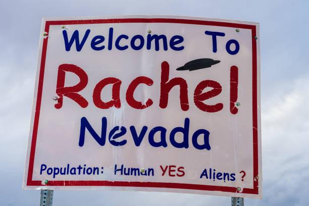 bienvenido al letrero de rachel street en sr-375 en nevada, ee. uu. - numero 51 fotografías e imágenes de stock