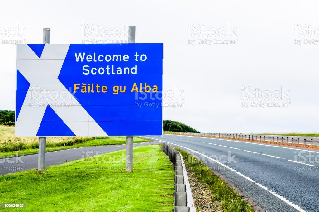 Herzlich Willkommen Sie in Schottland Straßenschild an der Grenze von Schottland/England auf der A1 – Foto