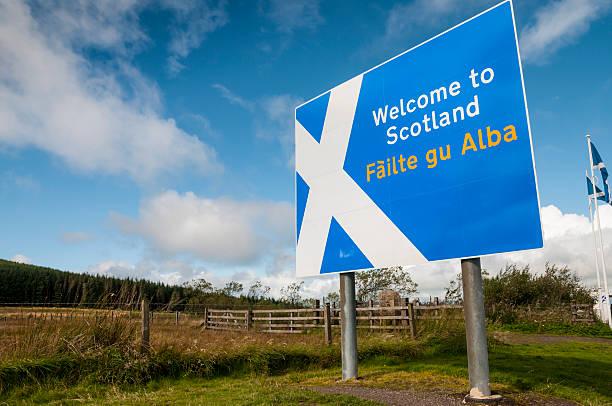 willkommen in schottland-schild an der schottischen grenze - schottische kultur stock-fotos und bilder