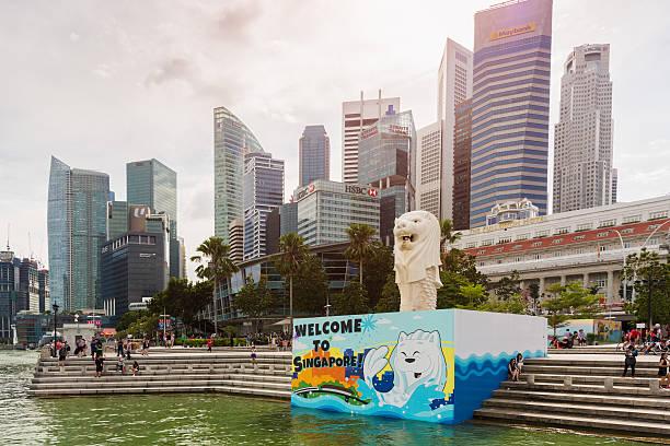 willkommen in singapur schild an der statue des merlion - sprüche zum firmenjubiläum stock-fotos und bilder