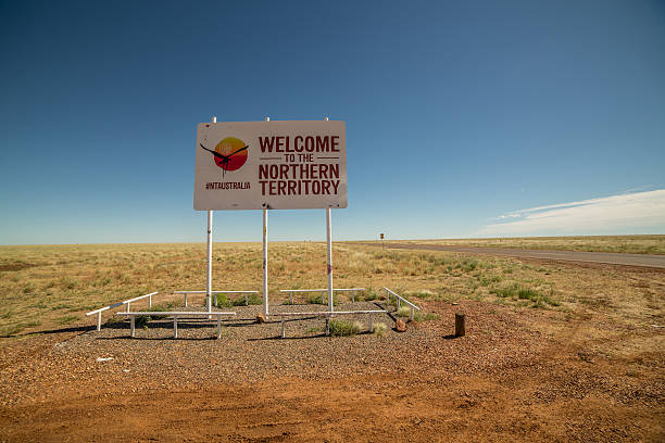 willkommen im northern territory - revierverhalten stock-fotos und bilder