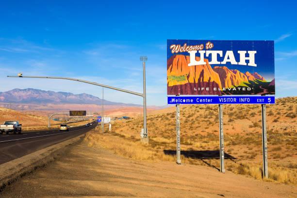 welkom bij utah state teken langs interstate i-15 - arizona highway signs stockfoto's en -beelden