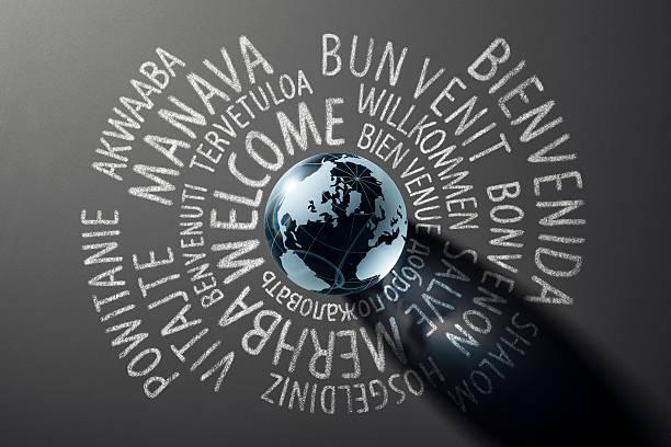 Bienvenue monde globe avec les traductions sur tableau noir-Arrière-plans Cooporate - Photo