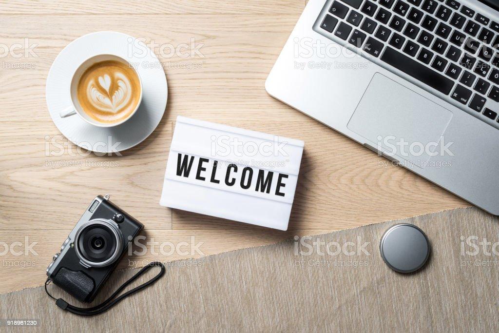 Bem-vindo escrito em lightbox no escritório como flatlay - foto de acervo