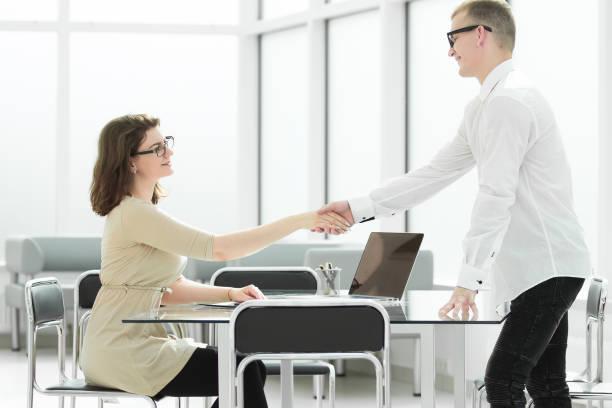 Begrüßung Handshake eines Geschäftsmannes und Geschäftsfrau . – Foto