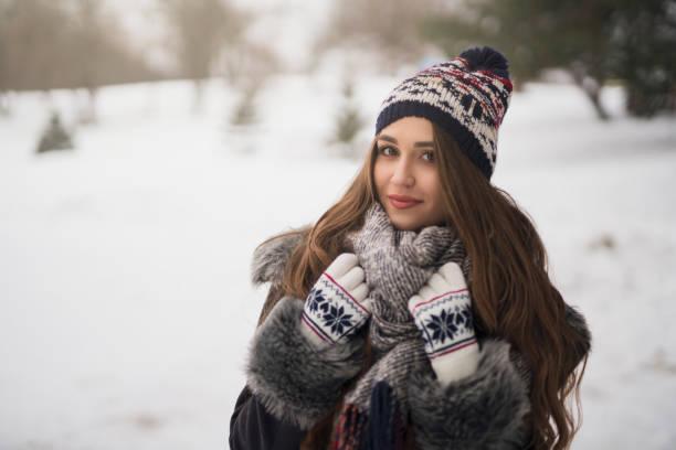 gemütliche winter im stil - winterjacke lang damen stock-fotos und bilder