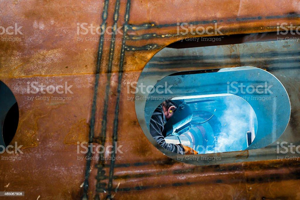 Soldador soldadura en un taller. - foto de stock