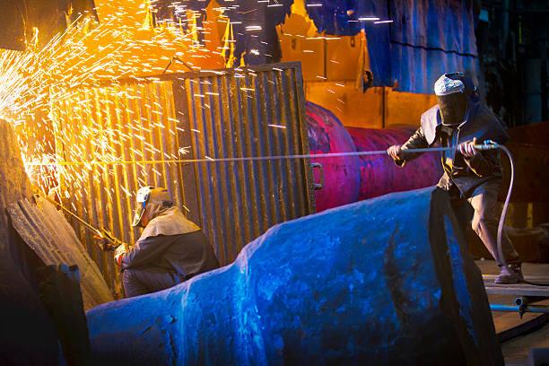 welders arbeit in stahl forge - sheffield stock-fotos und bilder