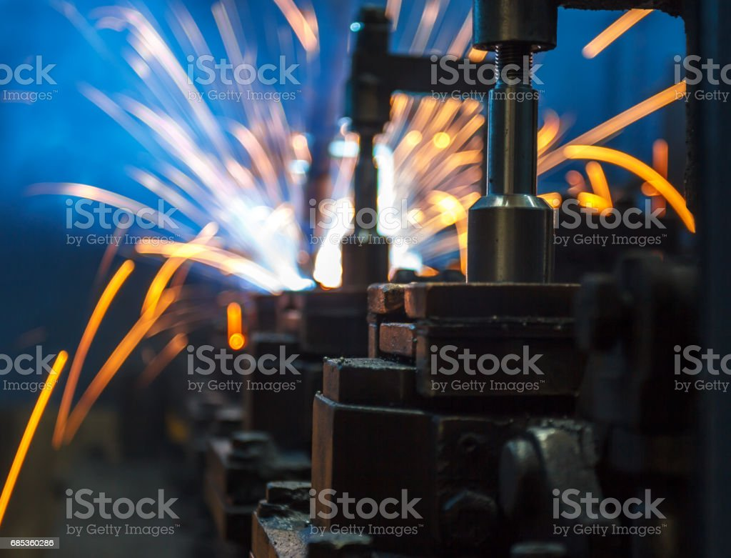 Welding robots movement in a car factory foto de stock royalty-free