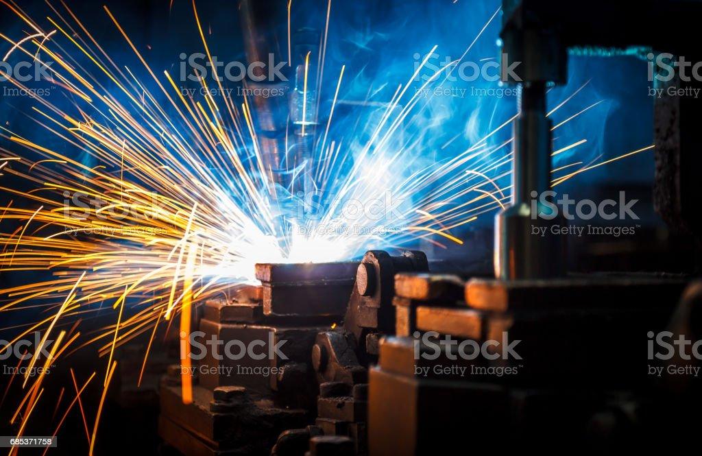 Welding robots movement in a car factory, foto de stock royalty-free