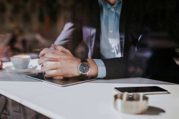 hombre bien vestido en tienda de café - reloj de pulsera fotografías e imágenes de stock
