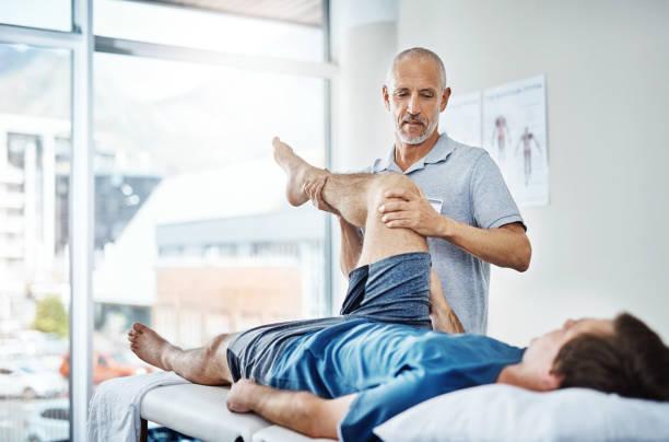 wir konzentrieren uns auf die beine heute - physiotherapie stock-fotos und bilder