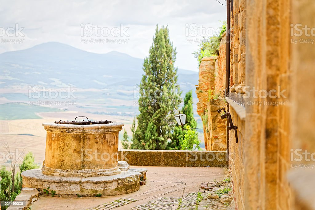 Well in Piazza del Duomo in Pienza, Tuscany foto stock royalty-free