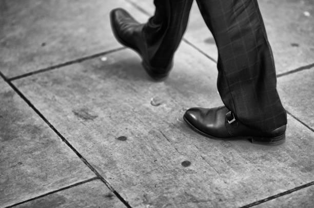 gut gekleideter geschäftsmann zu fuß stadt bürgersteig - schuhe auf englisch stock-fotos und bilder
