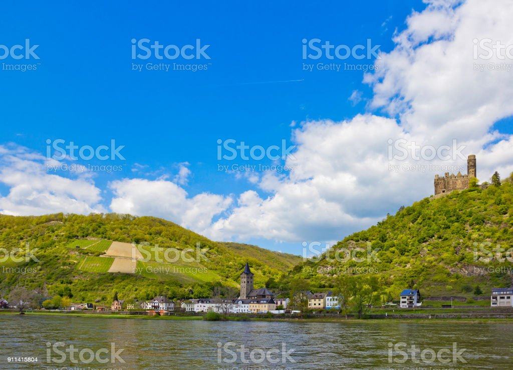 Wellmich (part of Sankt Goarshausen) with Maus Castle above it in Rhineland-Palatinate, Germany stock photo