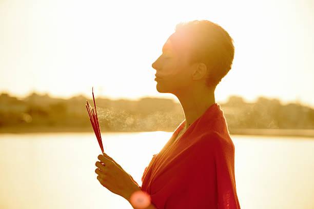 wellness-dawn медитация с палочки благовоний - традиционная церемония стоковые фото и изображения