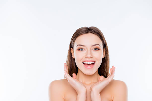 Concept de sensibles vitalité bien-être. Bouchent portrait d'excité offre attractive avec doux lisse impeccable idéal visage après thérapie tenant par la main près de visage isolé sur fond blanc copie-espace - Photo