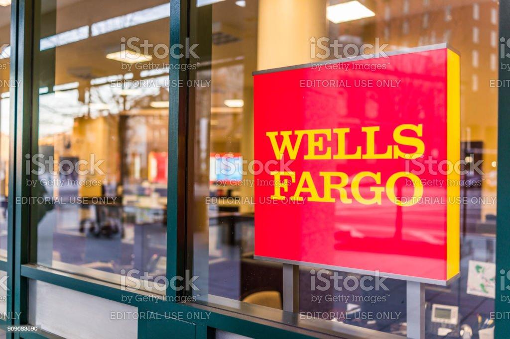 Entrada do Wells Fargo bank com sinal - foto de acervo