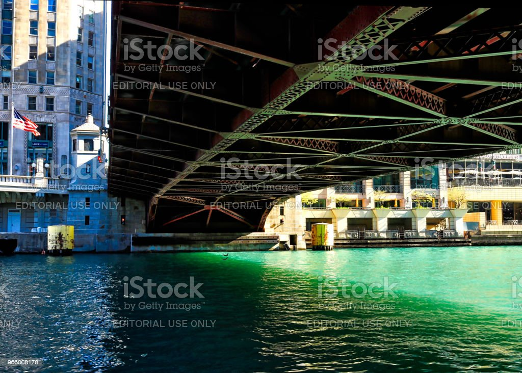 Wells Street bridge over a green-colored Chicago River, with shadows on the water - Royalty-free Architecture Stock Photo