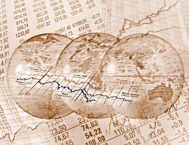 Weltweiter Handel Globen vor Kurstabellen foreign affairs stock pictures, royalty-free photos & images