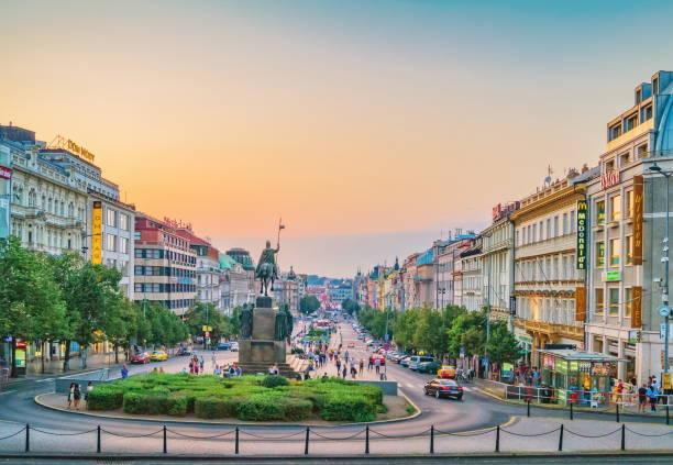 praça de venceslau, vista de noite. praga, república checa - praga boémia - fotografias e filmes do acervo