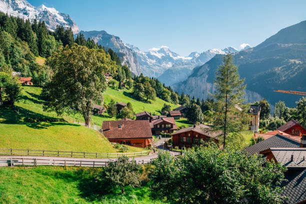wengen dorf und alpen-natur-ansicht in der schweiz - hotel bern stock-fotos und bilder