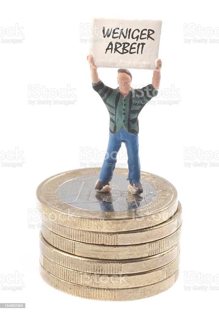 weniger Arbeit Männchen mit Schild auf Stapel Euromünzen stock photo