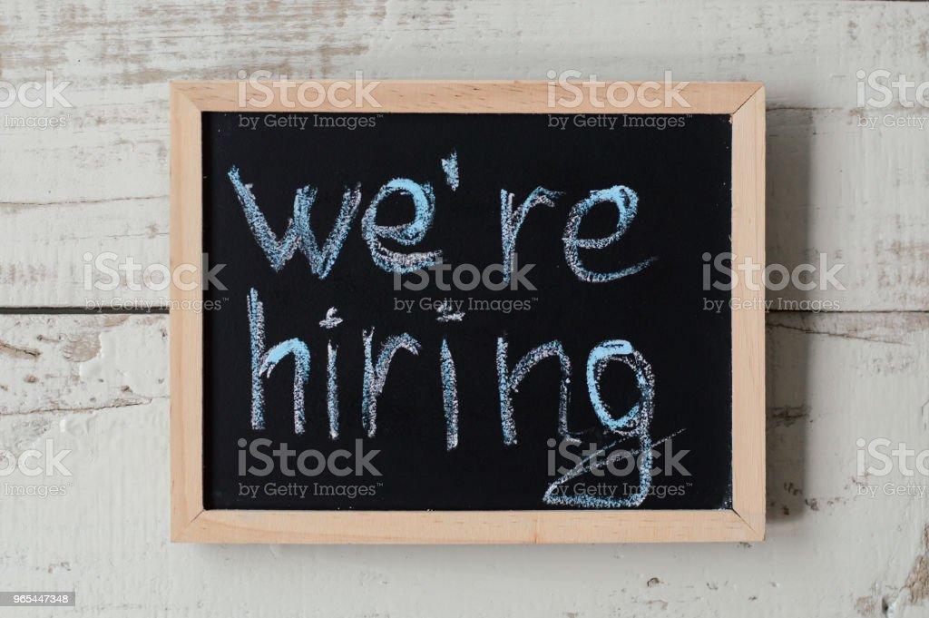 우리는 배너를 고용 거 야. 고용의 발표와 함께 칠판입니다. 일 기회 - 로열티 프리 개념 스톡 사진