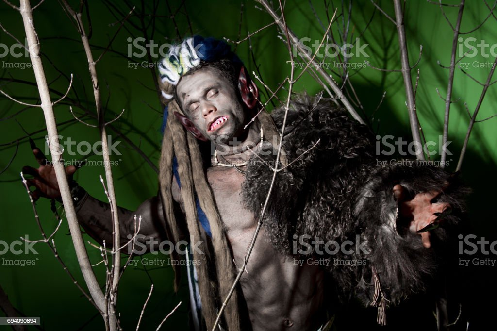 Hombre Lobo Con Uñas Largas Y Dientes Chuecos Entre Las Ramas Del ...