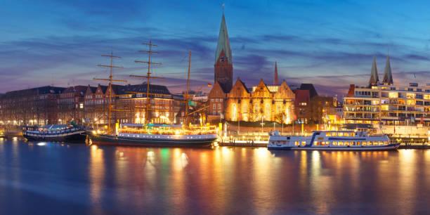 Río de Weser e Iglesia de St Martin, Bremen, Alemania - foto de stock
