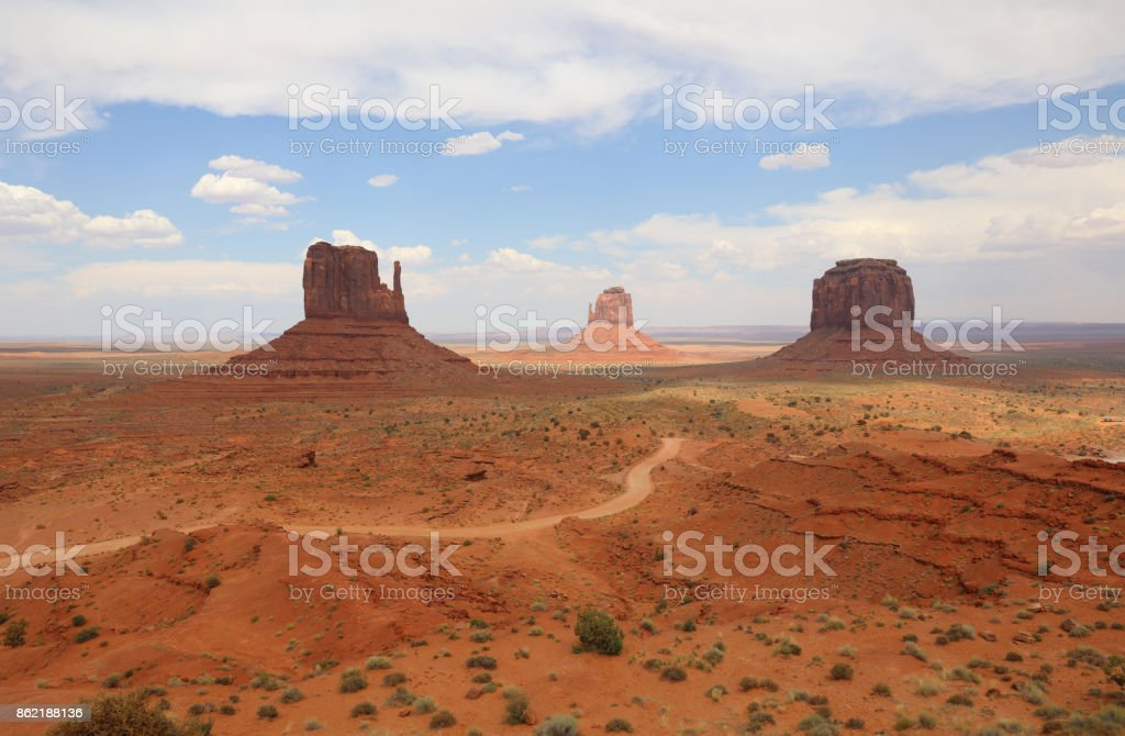 West Mitten Butte, East Mitten Butte und Merrick Butte im Monument Valley. Arizona. USA – Foto