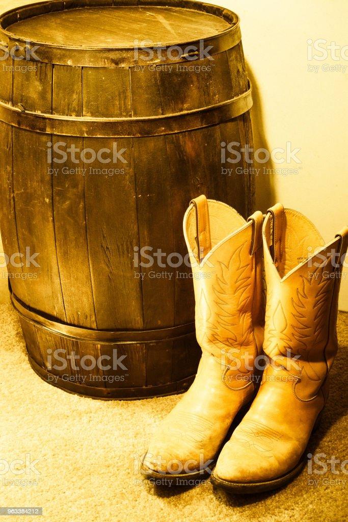 Western boots and barrel - Zbiór zdjęć royalty-free (Akcesorium osobiste)