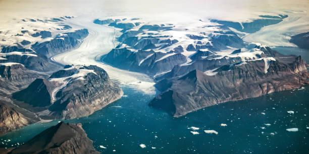 Westküste Grönlands, Luftaufnahme von Gletscher, Bergen und Ozean – Foto