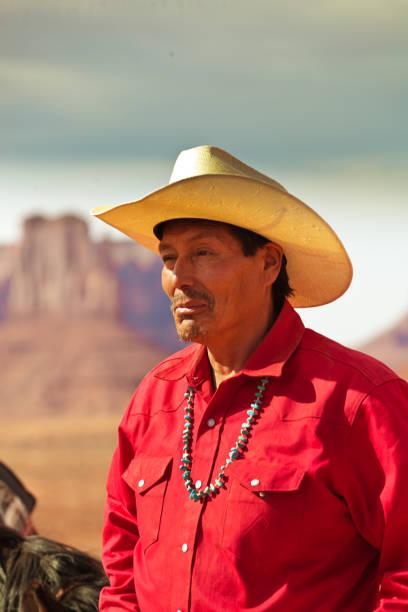 western cowboy indianer in monument valley tribal park - navajo stil stock-fotos und bilder