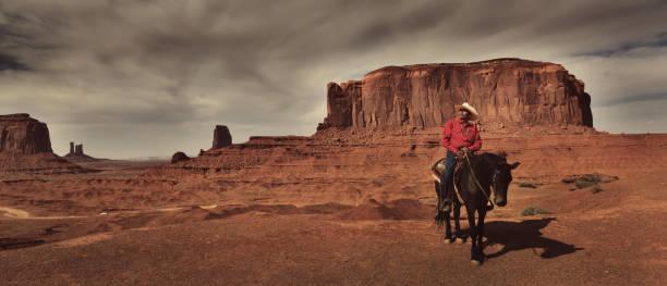western cowboy indianer zu pferd in monument valley tribal park - navajo stil stock-fotos und bilder