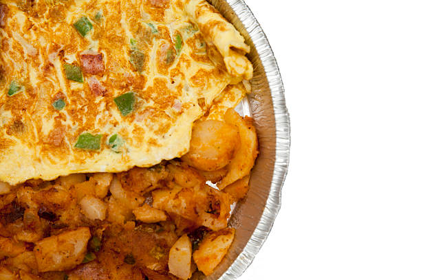 western omelett mit kartoffeln - kräuterfaltenbrot stock-fotos und bilder