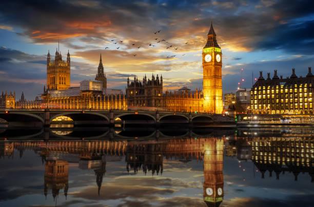 westminster und big ben clocktower in london kurz nach sonnenuntergang - england stock-fotos und bilder