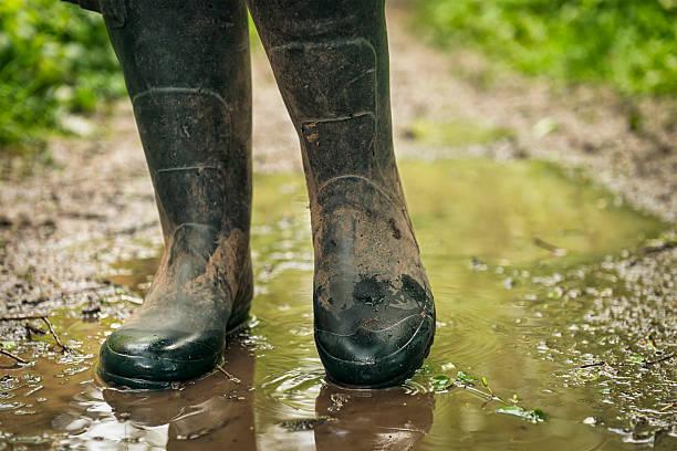 nass und matschig land gehen - schuhe auf englisch stock-fotos und bilder