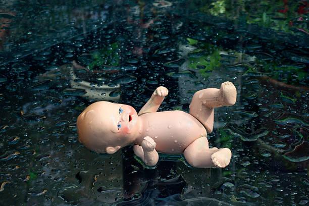 baby doll con fregadero - muñeca bisque fotografías e imágenes de stock