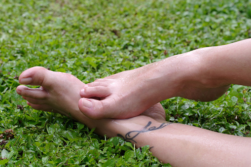 Wet Female Feet On Grass With Natural Nails - Fotografie stock e altre immagini di Adulto
