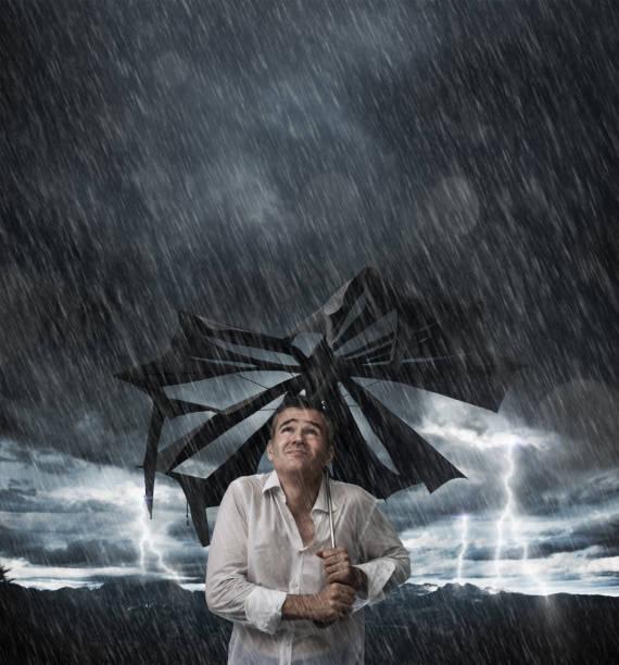wet man with broken umbrella - homem chapéu imagens e fotografias de stock