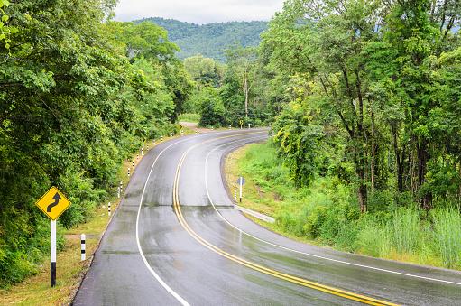 젖은 산 아스팔트도로 교통 표지와 비 후 거리에 대한 스톡 사진 및 기타 이미지