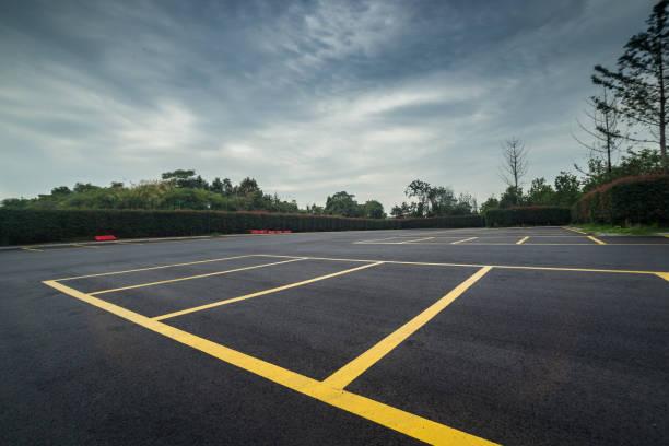 estacionamiento mojado con asfalto negro después de la lluvia - foto de stock